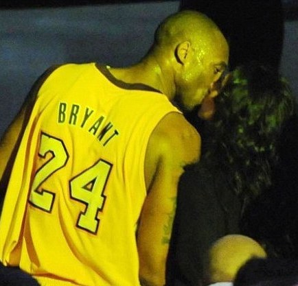 Kobe-Bryant-wife-Vanessa-Bryant-kissing-reconciliation