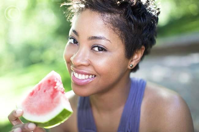 vibe-vixen-black-woman-eating-fruit